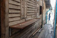 Ένας διάδρομος μεταξύ των ξύλινων σπιτιών στοκ εικόνες