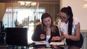 Ένας διευθυντής επιχειρησιακών γυναικών υπογράφει τα έγγραφα που ο γραμματέας φέρνει στην υπογραφή HD φιλμ μικρού μήκους