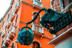 Ένας δράκος διακοσμήσεων με μια βολίδα στέκεται στη στέγη ενός καταστήματος στοκ φωτογραφία με δικαίωμα ελεύθερης χρήσης