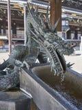 Ένας δράκος που παρέχει το νερό στην πηγή καθαρισμού στοκ εικόνα
