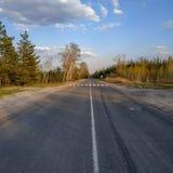Ένας δρόμος ασφάλτου με μια εφαρμοσμένη αξονική γραμμή στοκ φωτογραφίες