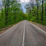 Ένας δρόμος ασφάλτου με μια εφαρμοσμένη αξονική γραμμή στοκ εικόνες με δικαίωμα ελεύθερης χρήσης