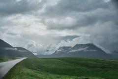 Ένας δρόμος βουνών στην πόλη Isafjordur και μιας άποψης του φιορδ Στοκ φωτογραφίες με δικαίωμα ελεύθερης χρήσης