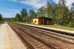 Ένας εγκαταλειμμένος αγροτικός σιδηροδρομικός σταθμός στη Δημοκρατία της Τσεχίας Κενή πλατφόρμα στο σταθμό Ταξίδι με το τραίνο σε Στοκ Φωτογραφία
