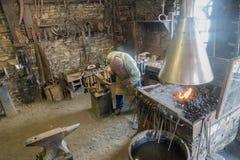 Ένας ειδικευμένος σιδηρουργός που εργάζεται στο παραδοσιακό εργαστήριό του στοκ εικόνες με δικαίωμα ελεύθερης χρήσης