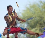 Ένας εκτελεστής κάνει ταχυδακτυλουργίες τα μαχαίρια στο φεστιβάλ αναγέννησης της Αριζόνα Στοκ Εικόνα