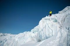 Ένας ελεύθερος σκιέρ στην πλήρη εξάρτηση στέκεται σε έναν παγετώνα στο βόρειο Καύκασο Σκιέρ που προετοιμάζεται πρίν πηδά από στοκ εικόνα με δικαίωμα ελεύθερης χρήσης