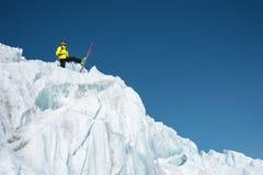 Ένας ελεύθερος σκιέρ στην πλήρη εξάρτηση στέκεται σε έναν παγετώνα στο βόρειο Καύκασο Σκιέρ που προετοιμάζεται πρίν πηδά από στοκ εικόνες