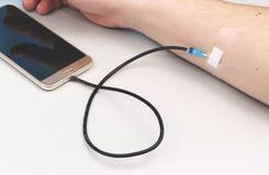 Ένας εξαρτημένος τεχνολογίας Η έννοια της εξάρτησης στο smartphone, τηλέφωνο στοκ φωτογραφία