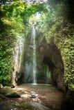 Ένας εξωτικός, καταρράκτης τοπίων που κρύβεται στο τροπικό τροπικό δάσος ζουγκλών στοκ φωτογραφία με δικαίωμα ελεύθερης χρήσης