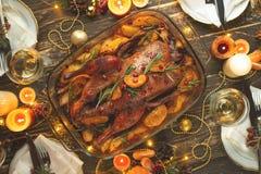 Ένας εορτασμός του παραδοσιακού εορτασμού ημέρας των ευχαριστιών Επίπεδος-βάλτε το γεύμα για την οικογένεια με την ψημένη πάπια ή στοκ φωτογραφίες με δικαίωμα ελεύθερης χρήσης