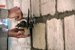Ένας επαγγελματίας χτίζει ένα σπίτι Εργασία με το κονίαμα στοκ φωτογραφία με δικαίωμα ελεύθερης χρήσης
