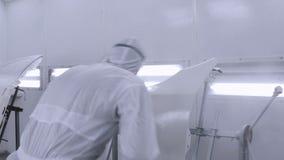 Ένας επαγγελματικός ζωγράφος αυτοκινήτων χρωματίζει μια εργασία σωμάτων απόθεμα βίντεο