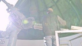 Ένας επαγγελματικός παρατηρητής μηχανικών ηλιακό coronagraph σε ένα ηλιακό παρατηρητήριο εργάζεται με ένα τηλεσκόπιο επιστημονικό φιλμ μικρού μήκους