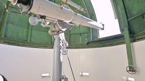 Ένας επαγγελματικός παρατηρητής μηχανικών ηλιακό coronagraph σε ένα ηλιακό παρατηρητήριο εργάζεται με ένα τηλεσκόπιο επιστημονικό απόθεμα βίντεο