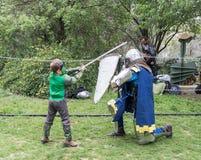 Ένας επισκέπτης έντυσε στις πάλες Hulk κοστουμιών με έναν ιππότη στο δαχτυλίδι στο φεστιβάλ Purim με το βασιλιά Άρθουρ στην πόλη  στοκ εικόνες με δικαίωμα ελεύθερης χρήσης