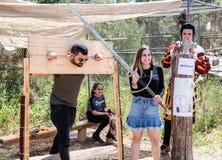 Ένας επισκέπτης ενός φεστιβάλ ιπποτών θέτει αλυσοδένοντας με executioner στο πάρκο Goren στο Ισραήλ Στοκ φωτογραφία με δικαίωμα ελεύθερης χρήσης