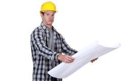 Ένας επιστάτης που ελέγχει τα σχέδια. Στοκ εικόνες με δικαίωμα ελεύθερης χρήσης