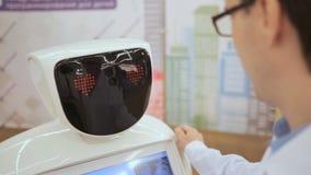 Ένας επιστήμονας και ένα ρομπότ Υψηλές τεχνολογίες και ρομπότ φιλμ μικρού μήκους