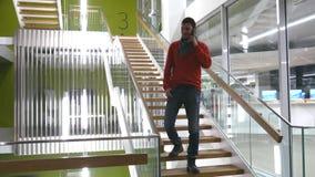 Ένας επιχειρηματίας λύνει τα σημαντικά ζητήματα μέσω του smartphone απόθεμα βίντεο