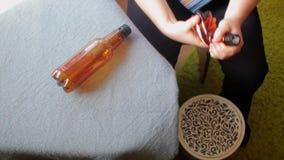 Ένας επιχειρηματίας παίρνει ένα πλαστικό μπουκάλι από τον πίνακα, το συντρίβει με τα χέρια του Ρίχνει στο δοχείο απορριμμάτων, πο απόθεμα βίντεο