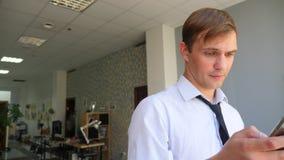 Ένας επιχειρηματίας που απαντά στο τηλέφωνο Έννοια: τεχνολογία, τηλεφωνία, επαγγελματικά ταξίδια, επιχείρηση 4k, σε αργή κίνηση απόθεμα βίντεο