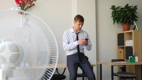 Ένας επιχειρηματίας που απαντά στο τηλέφωνο Έννοια: τεχνολογία, τηλεφωνία, επαγγελματικά ταξίδια, επιχείρηση 4k, σε αργή κίνηση φιλμ μικρού μήκους