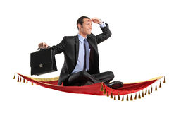 Ένας επιχειρηματίας που κρατά μια βαλίτσα Στοκ Εικόνες