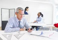 Ένας επιχειρηματίας που κρατά το τηλέφωνό του με το σχεδιάγραμμα Στοκ Φωτογραφία