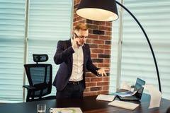 Ένας επιχειρηματίας που μιλά σε ένα κινητό τηλέφωνο, επιχειρηματίας που μιλά στο τ Στοκ φωτογραφίες με δικαίωμα ελεύθερης χρήσης
