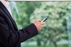 Ένας επιχειρηματίας που μιλά σε ένα κινητό τηλέφωνο, επιχειρηματίας που μιλά στο τ Στοκ Εικόνες