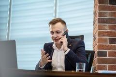 Ένας επιχειρηματίας που μιλά σε ένα κινητό τηλέφωνο, επιχειρηματίας που μιλά στο τ Στοκ Φωτογραφία