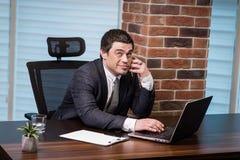 Ένας επιχειρηματίας που μιλά σε ένα κινητό τηλέφωνο, επιχειρηματίας που μιλά στο τ Στοκ φωτογραφία με δικαίωμα ελεύθερης χρήσης