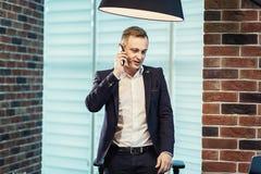 Ένας επιχειρηματίας που μιλά σε ένα κινητό τηλέφωνο, επιχειρηματίας που μιλά στο τ Στοκ εικόνες με δικαίωμα ελεύθερης χρήσης