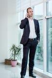 Ένας επιχειρηματίας που μιλά σε ένα κινητό τηλέφωνο, επιχειρηματίας που μιλά στο τ Στοκ Φωτογραφίες