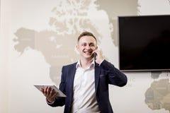 Ένας επιχειρηματίας που μιλά σε ένα κινητό τηλέφωνο, επιχειρηματίας που μιλά στο τ Στοκ εικόνα με δικαίωμα ελεύθερης χρήσης