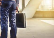Ένας επιχειρηματίας που φέρνει έναν χαρτοφύλακα πηγαίνει να εργαστεί στο καθημερινό rou του στοκ φωτογραφία με δικαίωμα ελεύθερης χρήσης