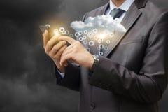 Ένας επιχειρηματίας ρυθμίζει τα στοιχεία στο σύννεφο στοκ εικόνα με δικαίωμα ελεύθερης χρήσης