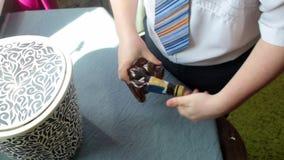 Ένας επιχειρηματίας συντρίβει ένα πλαστικό μπουκάλι με τα χέρια του και το ρίχνει στα απορρίμματα Άποψη άνωθεν απόθεμα βίντεο