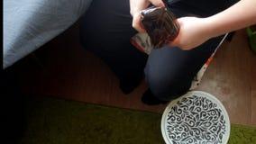 Ένας επιχειρηματίας συντρίβει ένα πλαστικό μπουκάλι με τα χέρια του και το ρίχνει στο trashcan, στεμένος στο πάτωμα Άποψη άνωθεν απόθεμα βίντεο