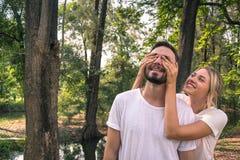 Ένας εραστής έχει μια έκπληξη στην ημέρα valentines' στοκ εικόνα με δικαίωμα ελεύθερης χρήσης