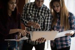 Ένας εργαζόμενοι άνδρας και μια γυναίκα ομάδων ανθρώπων στη χρήση Υ πουκάμισων καρό Στοκ φωτογραφίες με δικαίωμα ελεύθερης χρήσης
