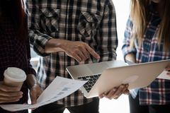 Ένας εργαζόμενοι άνδρας και μια γυναίκα ομάδων ανθρώπων στη χρήση Υ πουκάμισων καρό Στοκ φωτογραφία με δικαίωμα ελεύθερης χρήσης