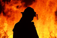 Ένας εργαζόμενος διάσωσης πυροσβεστών στη φλόγα ανεξέλεγκτων δασικών φωτιών Στοκ φωτογραφία με δικαίωμα ελεύθερης χρήσης