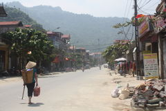 Ένας εργαζόμενος σε μια πόλη στο βόρειο Βιετνάμ Στοκ φωτογραφία με δικαίωμα ελεύθερης χρήσης