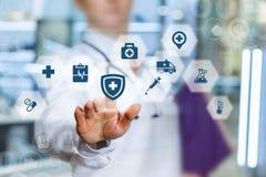 Ένας εργαζόμενος στον ιατρικό κλάδο βάζει την προστασία της υγείας Στοκ Εικόνες