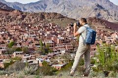 Ένας ευρωπαϊκός τουρίστας που φωτογραφίζει το χωριό Abyaneh κοντά στη Kasha Στοκ εικόνες με δικαίωμα ελεύθερης χρήσης