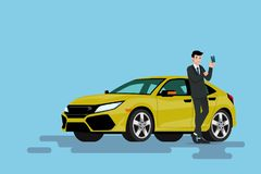 Ένας ευτυχής επιχειρηματίας κλίνει στο νέο αυτοκίνητό του και η παρουσίαση πιστωτικής κάρτας του στην οποία χρησιμοποιεί αγόρασε  Στοκ φωτογραφίες με δικαίωμα ελεύθερης χρήσης