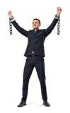 Ένας ευτυχής επιχειρηματίας με τα χέρια που αυξάνονται επάνω στην παρουσίαση σπασμένων δεσμών στο άσπρο υπόβαθρο στοκ φωτογραφία με δικαίωμα ελεύθερης χρήσης