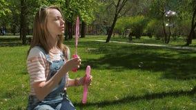 Ένας εφηβικός με το σαπούνι βράζει στο πάρκο απόθεμα βίντεο